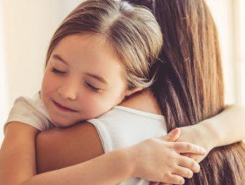 Les câlins entre parents et enfants : devrait-on s'en priver?