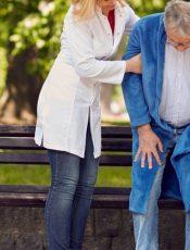 Trouver un auxiliaire de vie pour son parent âgé